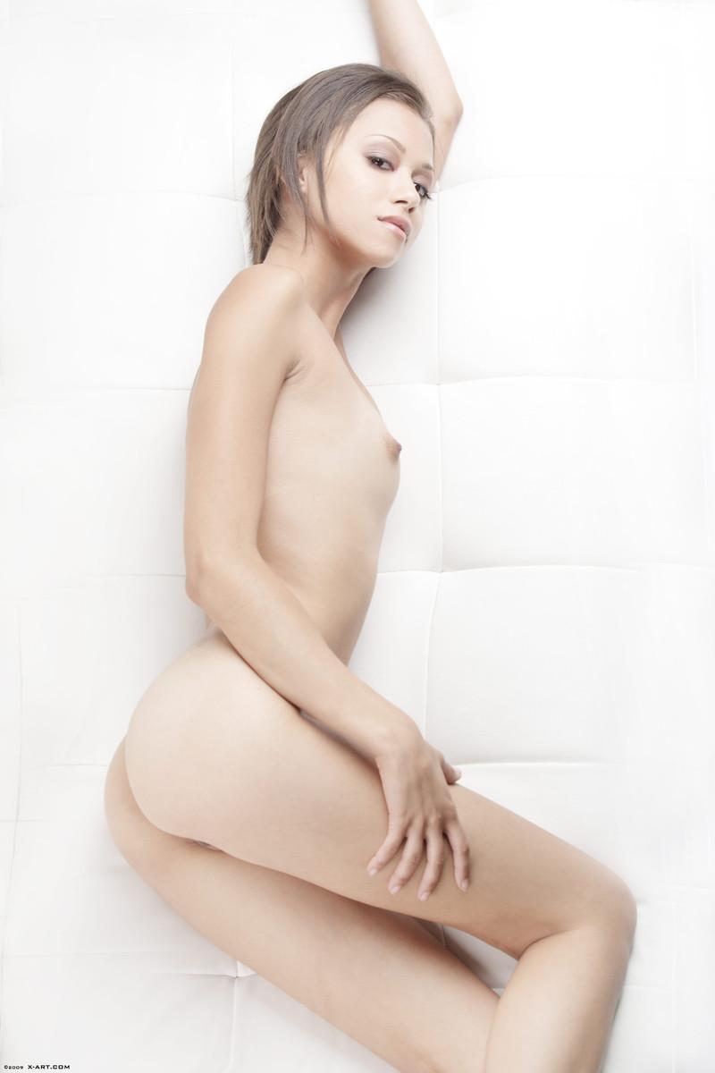 Брюнетка с небольшими дойками Mia Lina растопыривает ножки