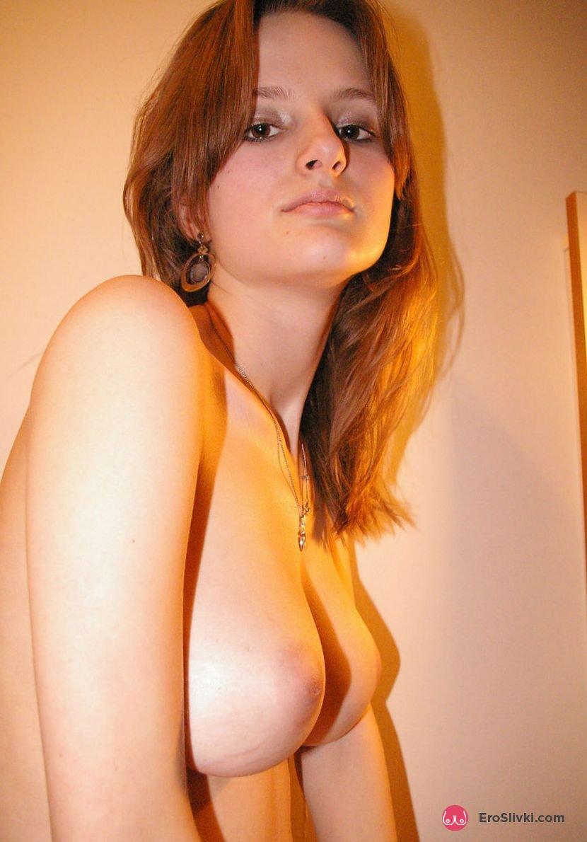Молодая русская красотка бахвалится раздетыми сиськами на фотках