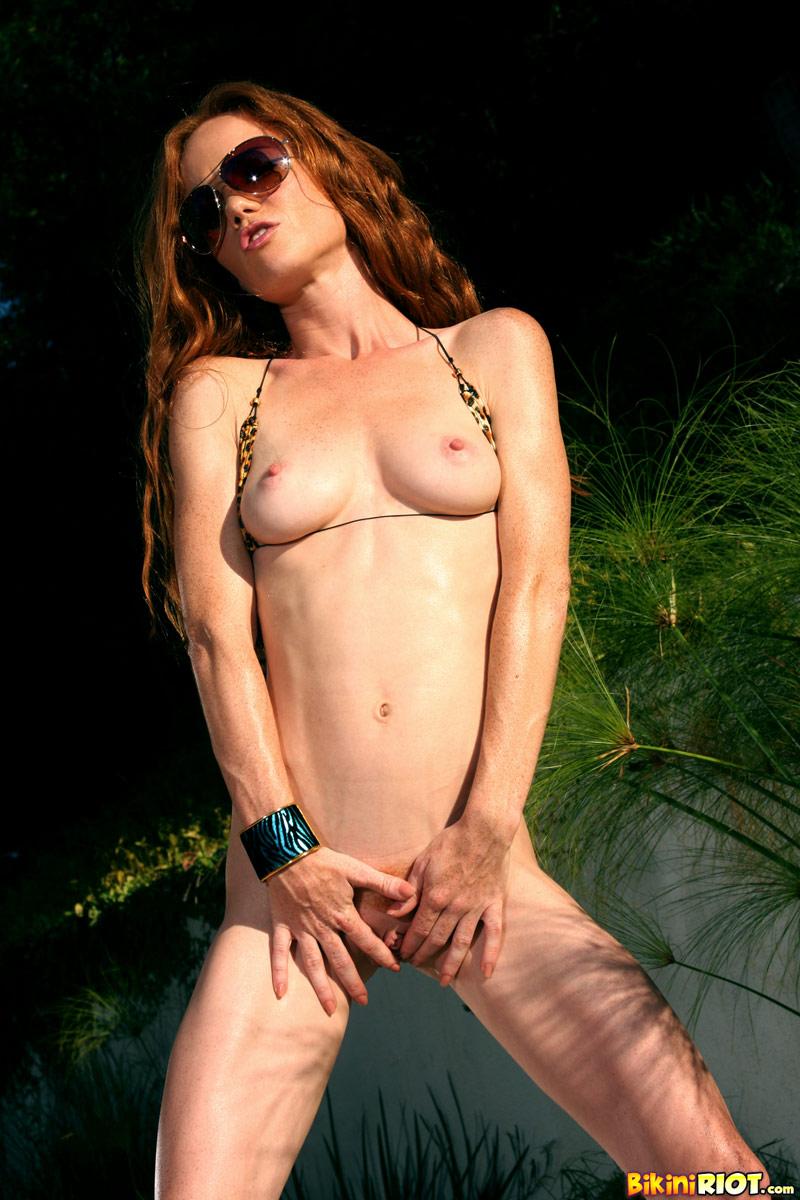 Длинноволосая рыжуха в очках Heather Carolin хвастается на поляне