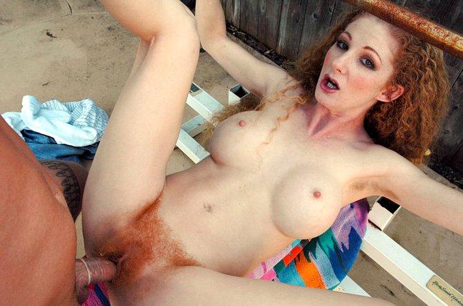 Мужественный ебарь жарит волосатое влагалище соседки