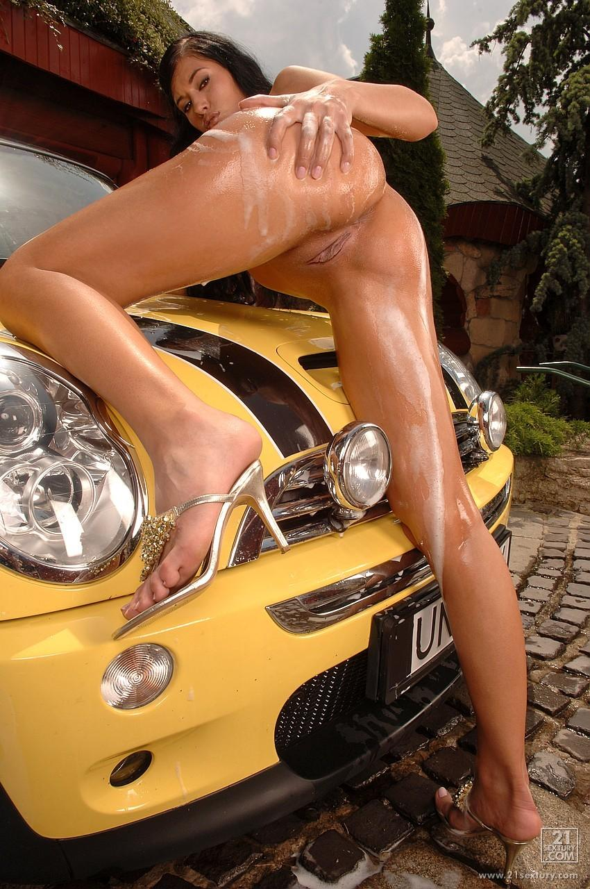 Смуглая автомойщица с великолепным торсом Emilia Doll позирует обнаженной и теребонькает самотыком влажную любовную щелку