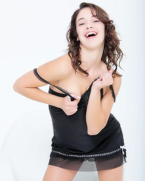 Секс Анечки с черной игрушкой