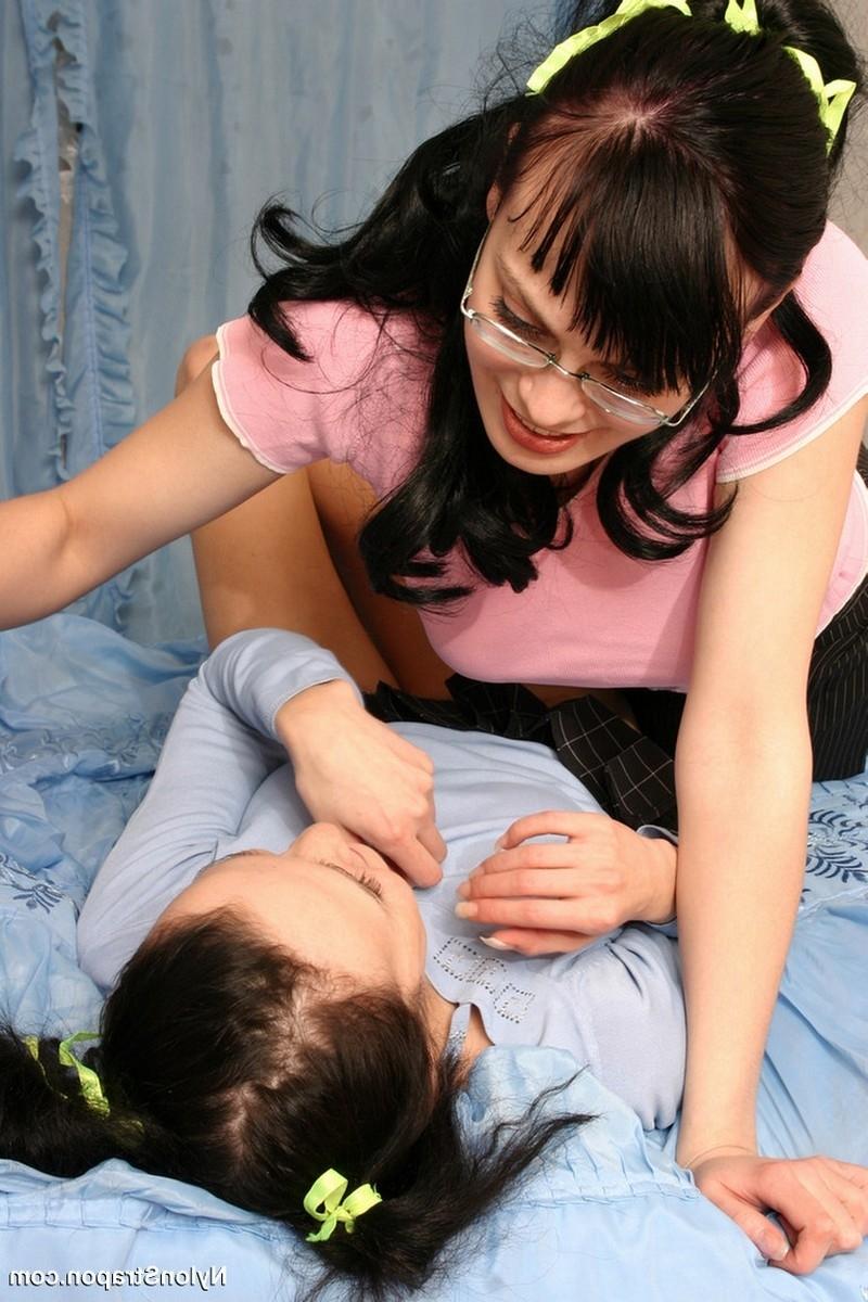 Студентка лесбиянка завела застенчивую женушку