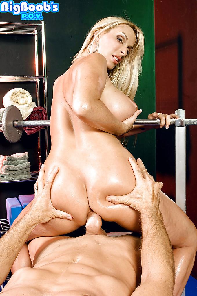 Тренер покручивает соски и порет блондиночку в тренажерном зале