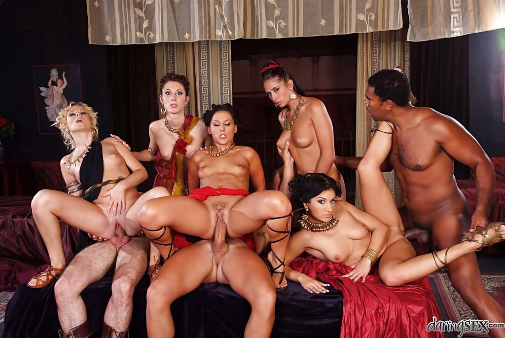 Толпа девах и самцов едва уместились на постели ради групповушки