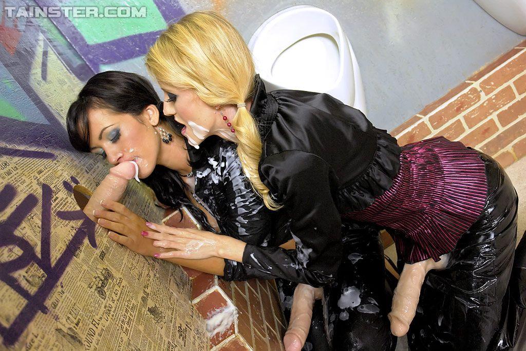Лесби целуются друг с другом и шалят фаллоимитаторами в туалете