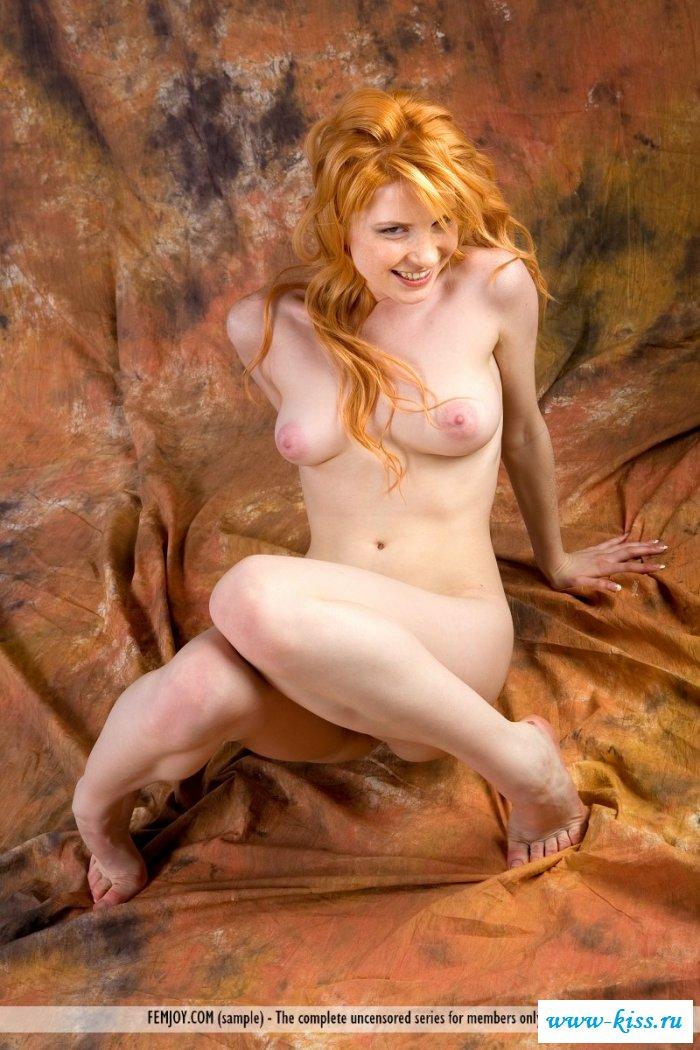 Раздетая рыжеволосая баба хорошо раздвигает ножки