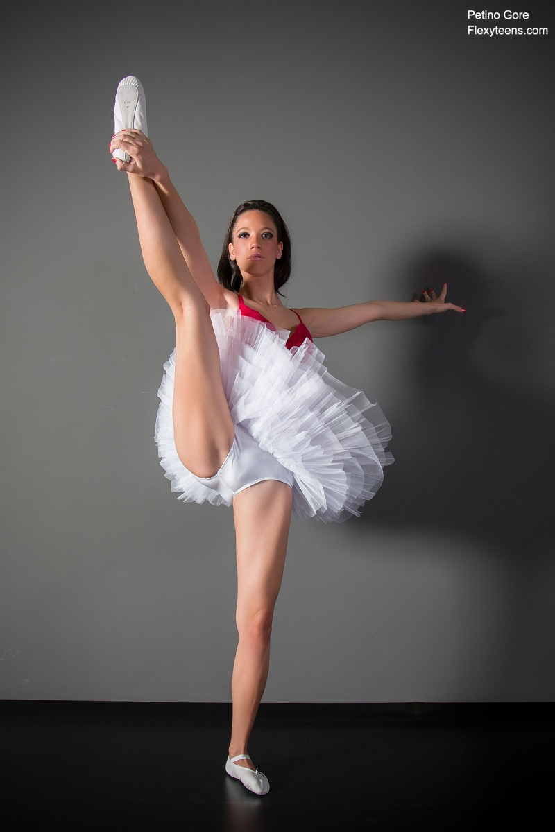 Обнаженная балерина разминается