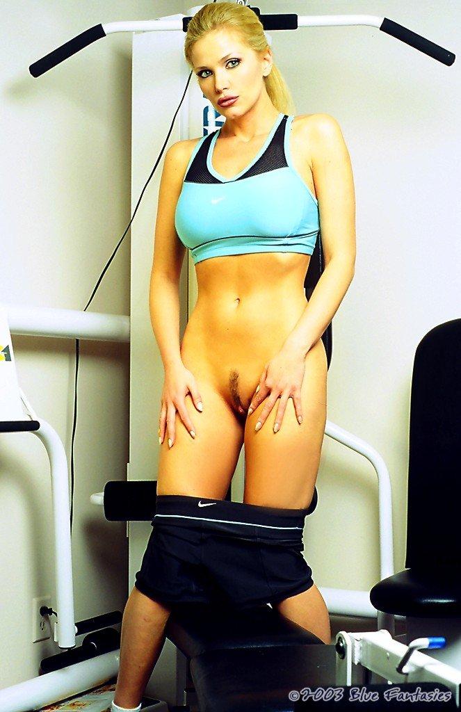 Выразительная богиня с огромным бюстом Victoria Zdrok показывает свою писю в спортзале