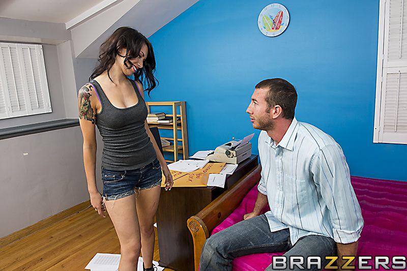 Черноволосая татуированная сексуальная блядь Callie Cyprus трахается в манду с крупным хером