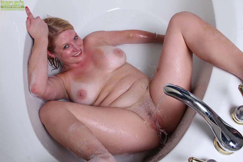 Умелая толстушка моет свои сиськи в ванной