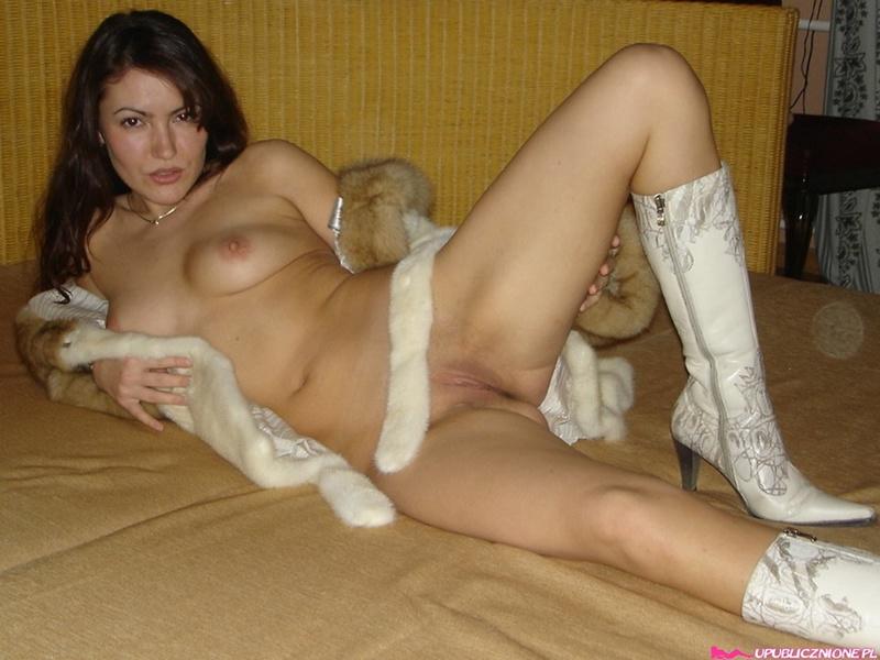 Соблазнительная москвичка стягивает тонги для мужа в общественном месте и в своей квартире