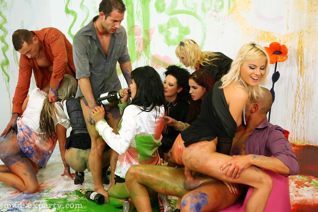 Юноши и модели измазались краской во время оргии