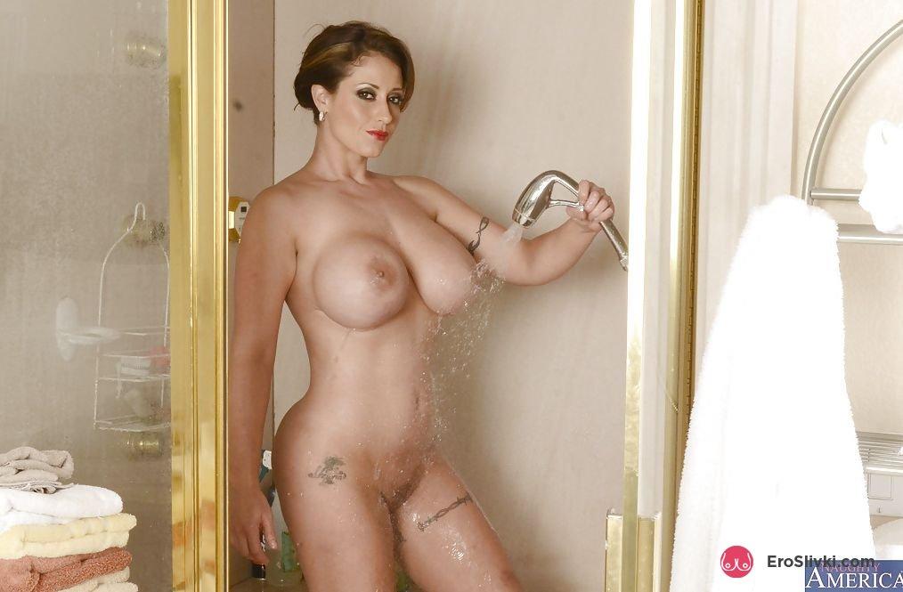 Яркая мамочка сексуально сжимает в руках свои мокрые сиси в ванной