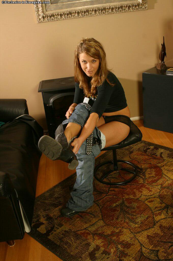 Девица с крошечными сиськами и аккуратной писькой Madison Page стаскивает свои узкие джинсы и белье