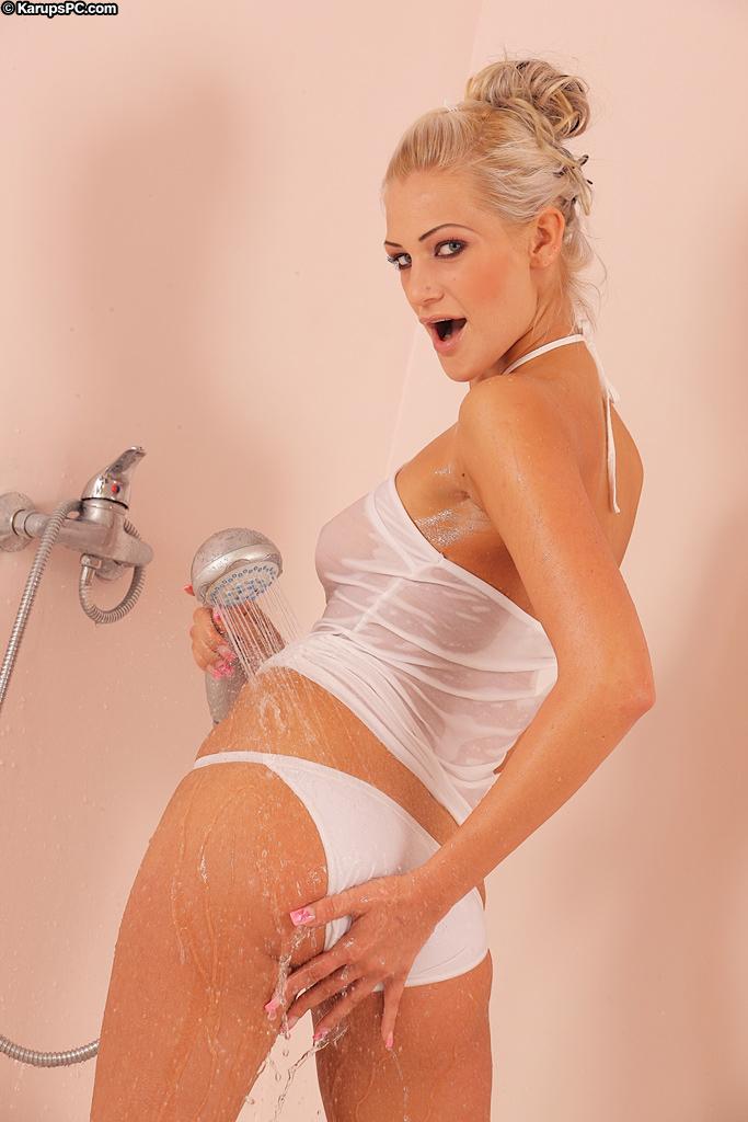 Привлекательная светловолосая девушка с гладкой пиздой Laryne Laroche снимает свое мокрое интимное белье в душе