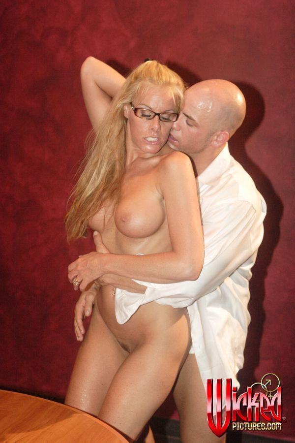Няшка Nicole Sheridan в очках полностью берет в рот твердый хуй и подставляет ему свою киску
