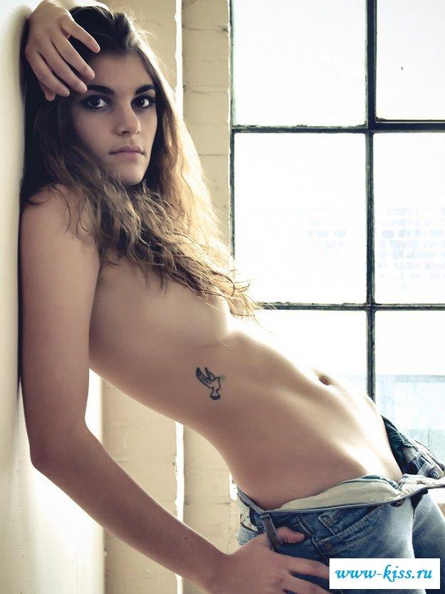 Голая грудь игривых бабы в джинсовых штанах (31 эротические фотографии)