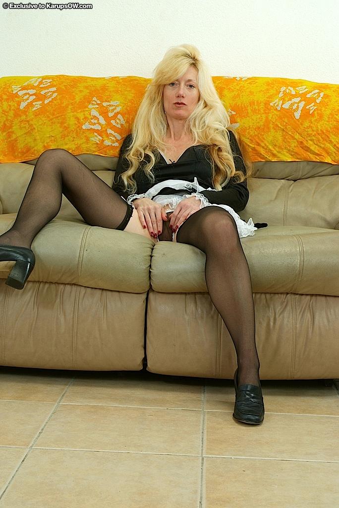 Опытная Callie Brentwood в униформе служанки