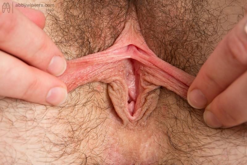 Мясистая Лина показывает волосатое очко и пилотку для порно журнала и даже сует в киску пальцы