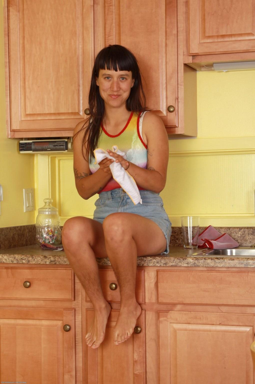 Sequoia показывает лохматые подмышки на кухне