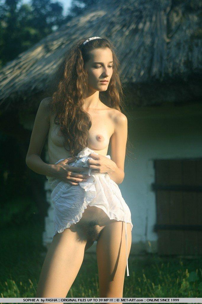 Порно фото Юной длинноволосой брюнетки в безлюдном месте