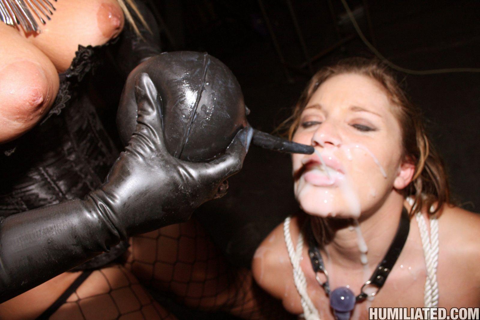 Неимоверно страстное и развратное эро, в котором бедную девку заливают спермой