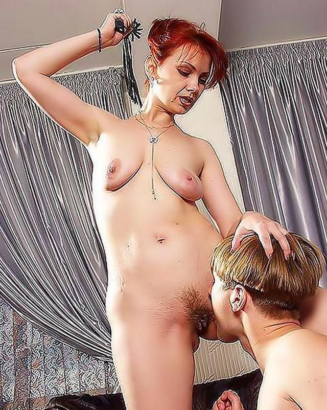Юнец ублажает свою госпожу фото порно