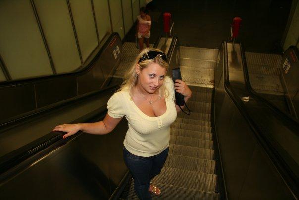 Толстая эксгибиционистка позирует в своей квартире